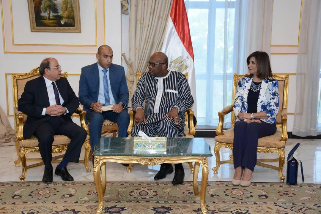رئيس بوركينا فاسو فى مصنع انتاج واصلاح المدرعات