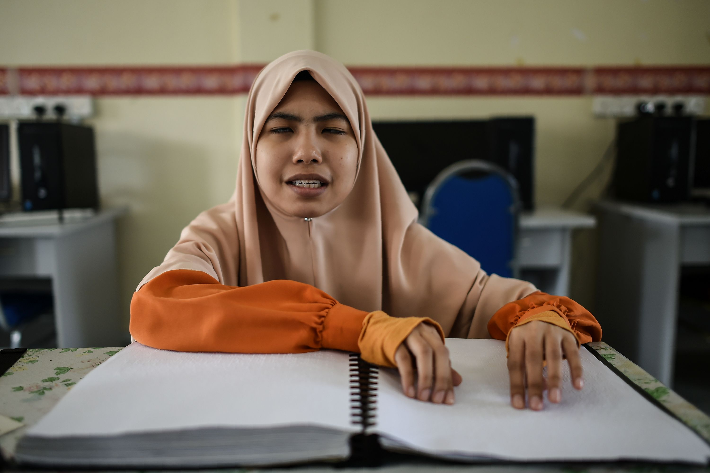 محاولة فتاة ماليزية قرأة القرآن