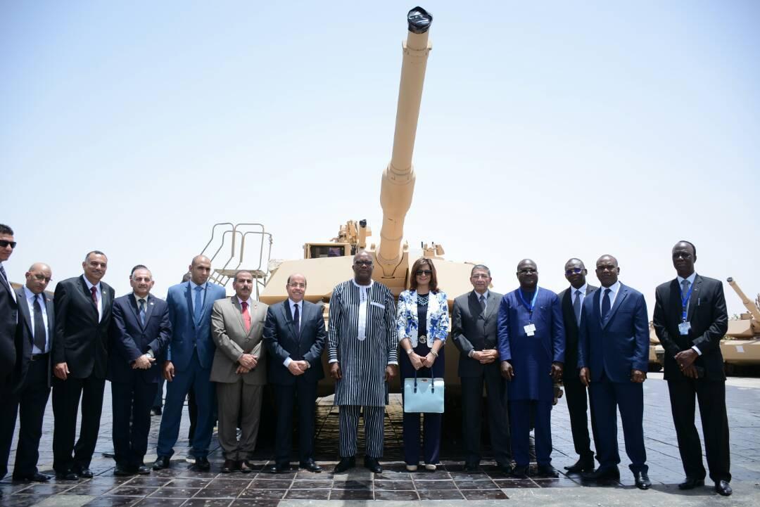 رئيس بوركينا فاسو فى صورة تذكارية مع وزيرة الهجرة ورئيس الهيئة القومية للإنتاج الحربى