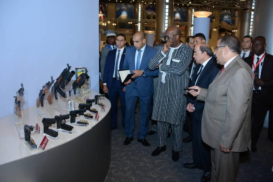 رئيس بوركينا فاسو يزور مصنع المدرعات
