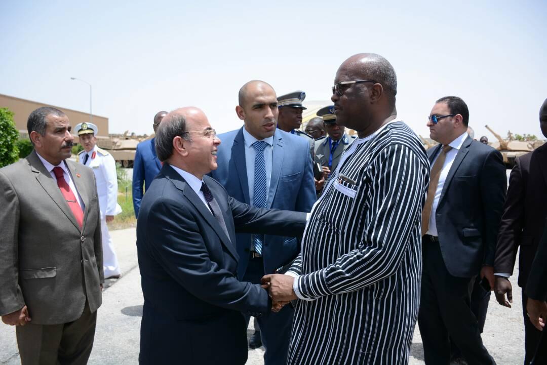 رئيس بوركينا فاسو يستمع لشرح لامكانيات وزارة الإنتاج الحربى