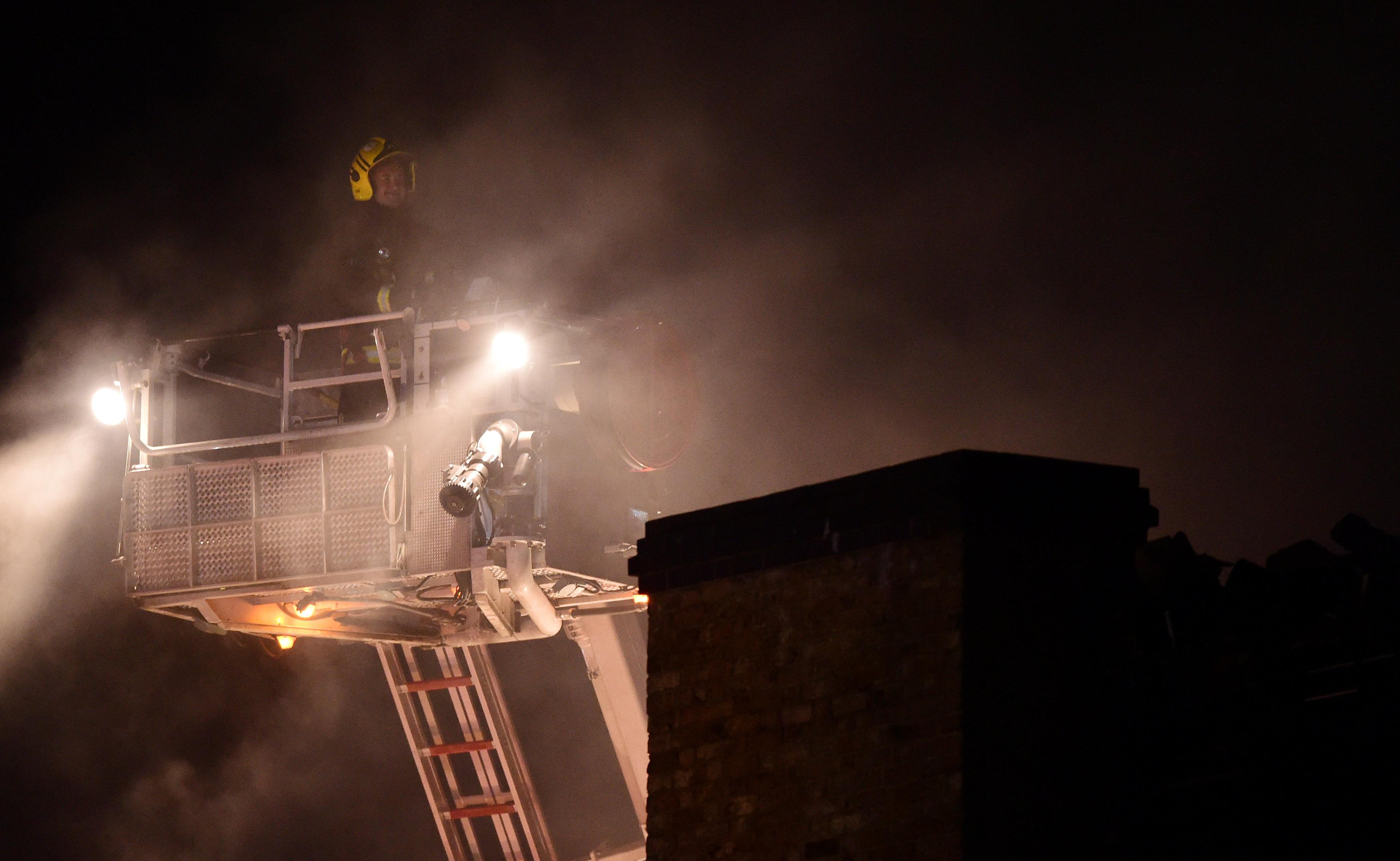 رجال الاطفاء تكافح الحريق
