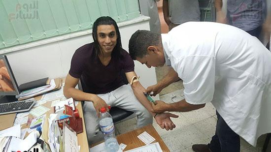 عمرو مرعى يجرى الكشف الطبى