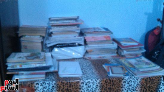 الكتب داخل غرفته