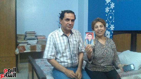 الوالدين وبينهما صورته