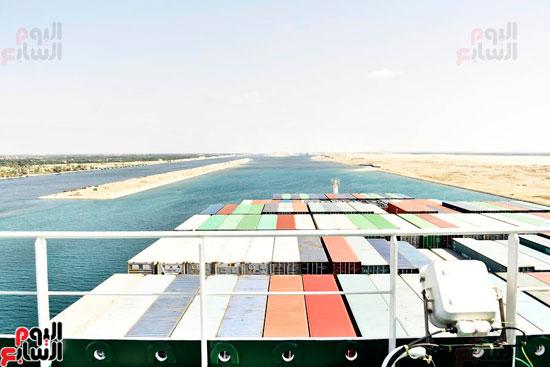 سفينة بضائع عملاقة تعبر القناة