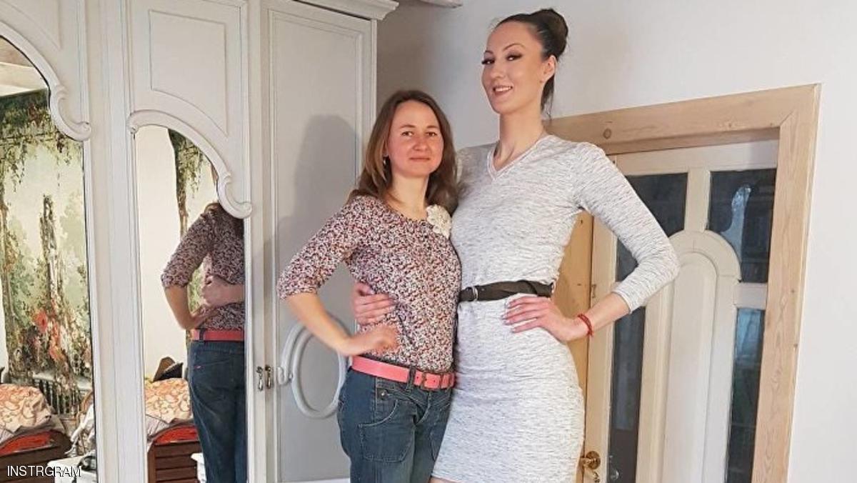 صاحبة أطول ساقين بجانب صديقتها