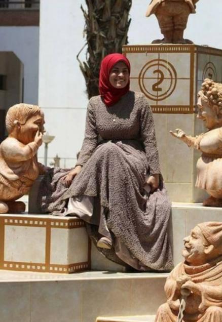 مى تجلس بين التماثيل