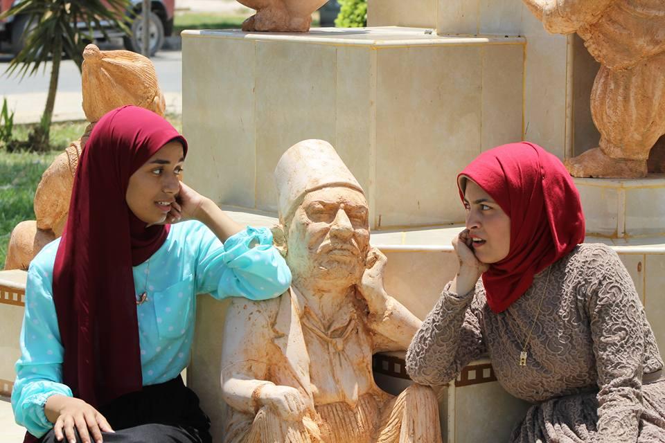 مع تمثال نجيب الريحانى