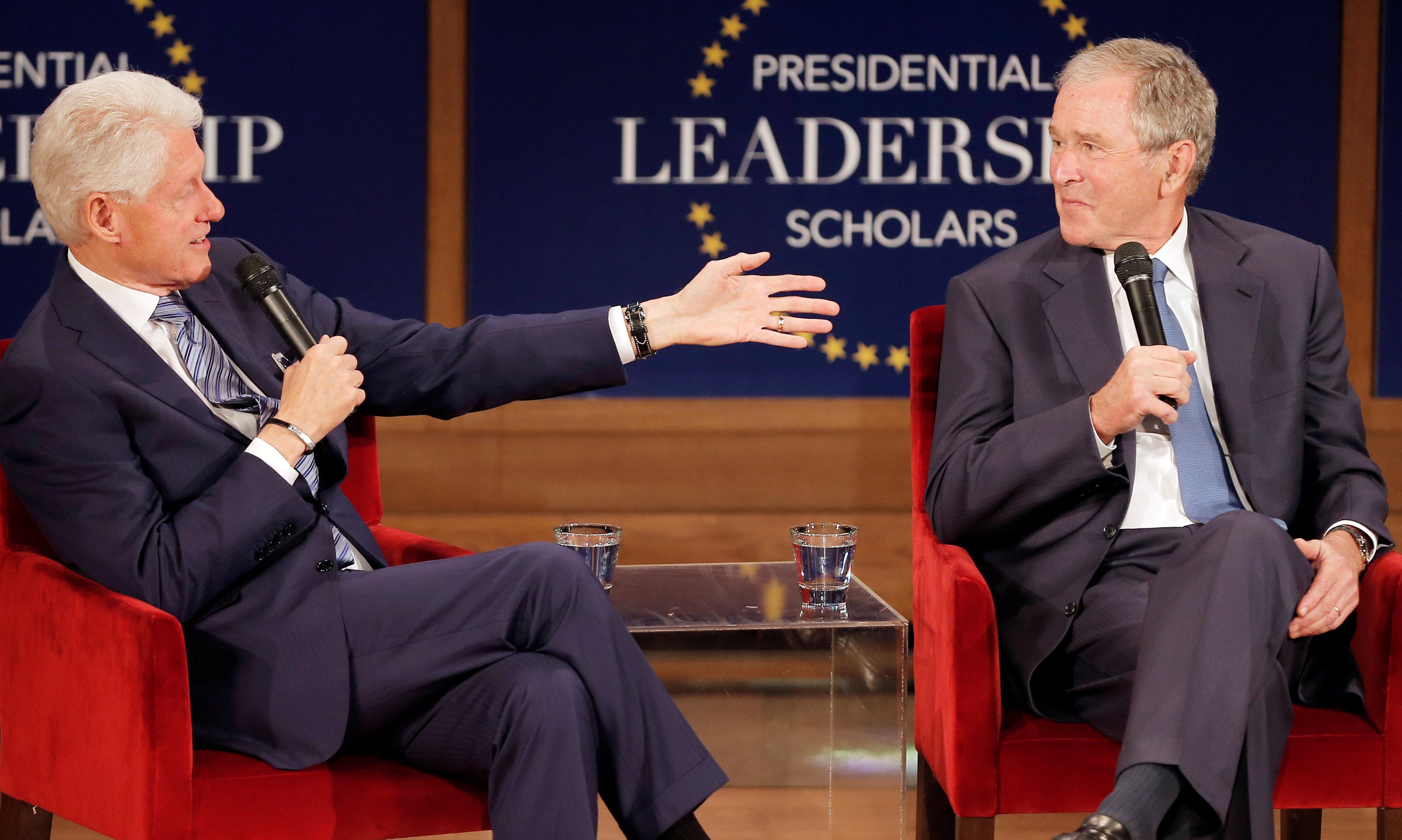 الرئيسان الأمريكيان السابقان جورج دبليو. بوش وبيل كلينتون