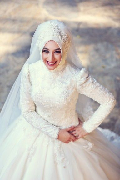 a05dadf562de0 لو محتارة وفرحك قرب اختارى من فساتين زفاف المحجبات اللى يناسبك ...