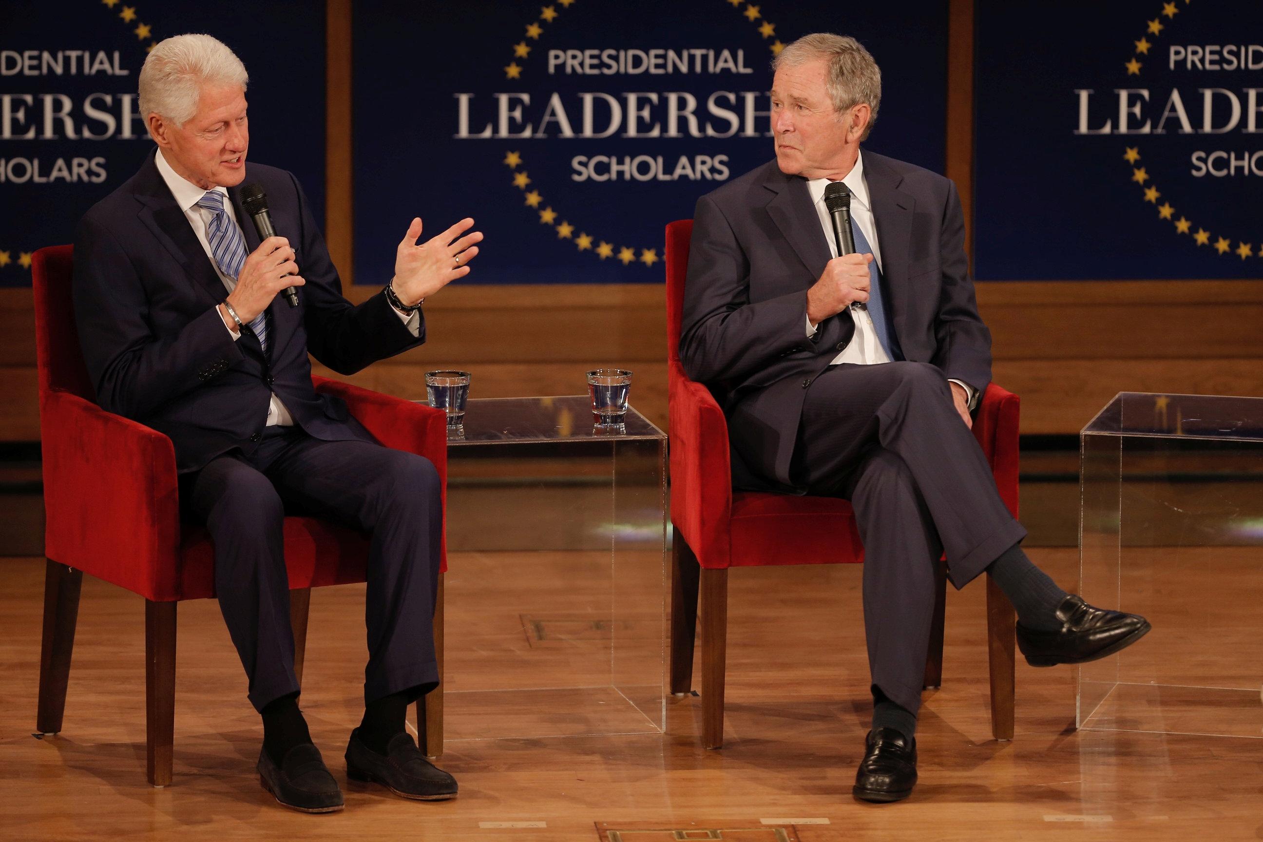 لقاء يجمع الرئيسان الأمريكيان السابقان جورج دبليو. بوش وبيل كلينتون