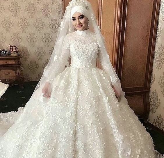 769103b391a71 لو محتارة وفرحك قرب اختارى من فساتين زفاف المحجبات اللى يناسبك ...