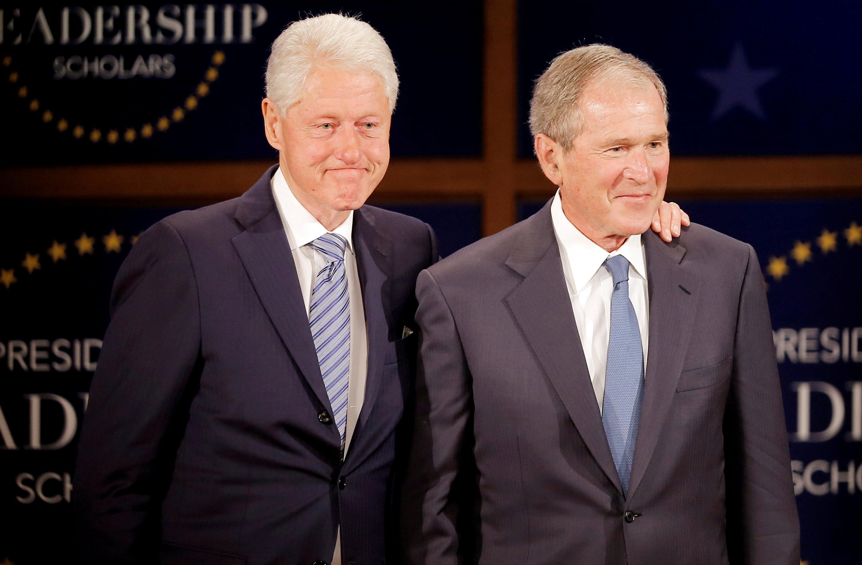الرئيسان الأمريكيان السابقان جورج دبليو. بوش وبيل كلينتون  فى المكتبة الرئاسية