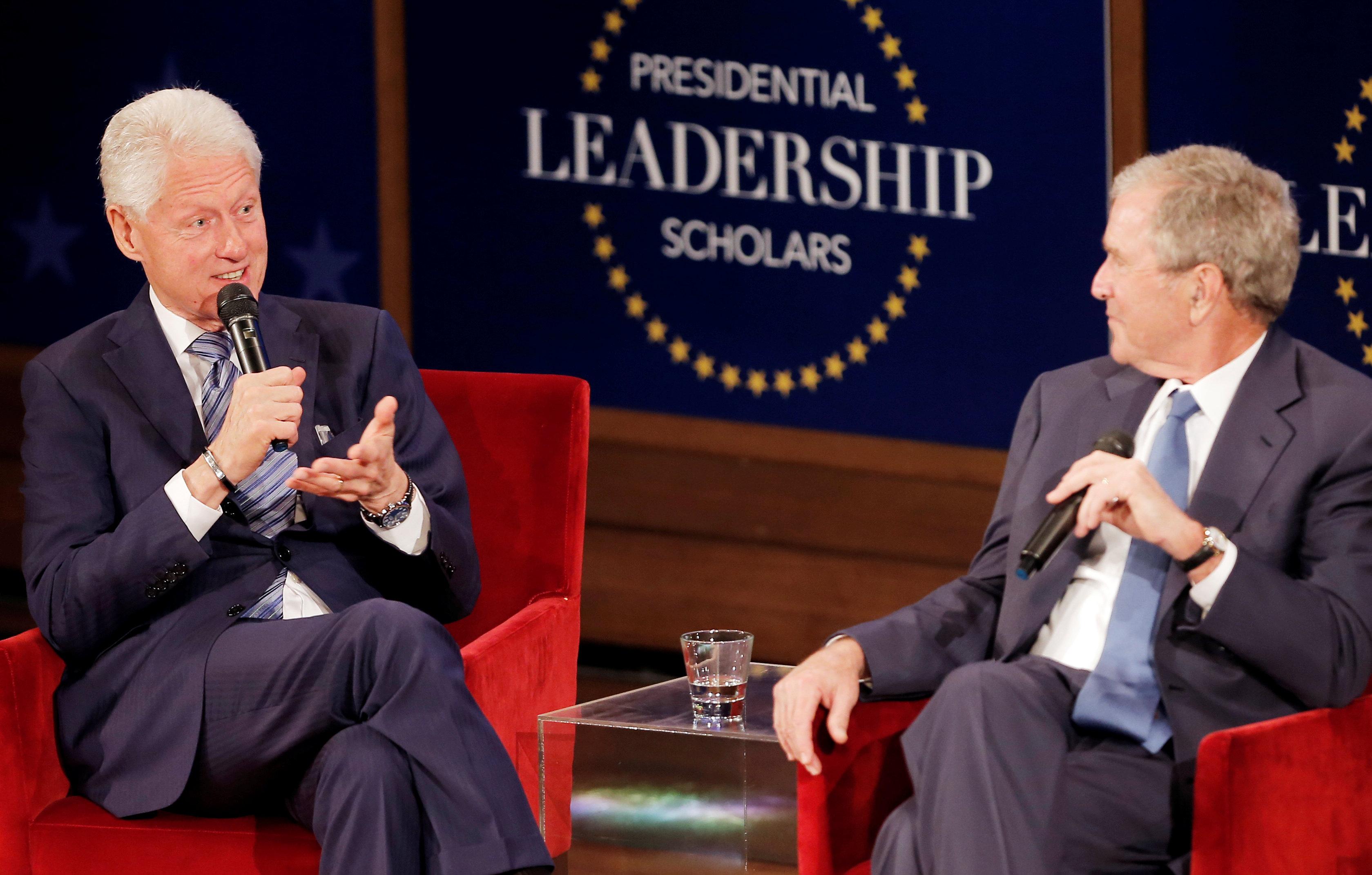الرئيسان الأمريكيان السابقان جورج دبليو. بوش وبيل كلينتون  فى دالاس