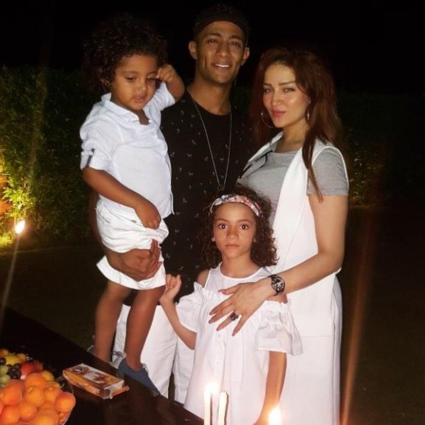 محمد رمضان فى صورة عائلية برفقة زوجته وأبنائه اليوم السابع