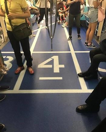 أرضية إحدى عربات مترو تايبيه