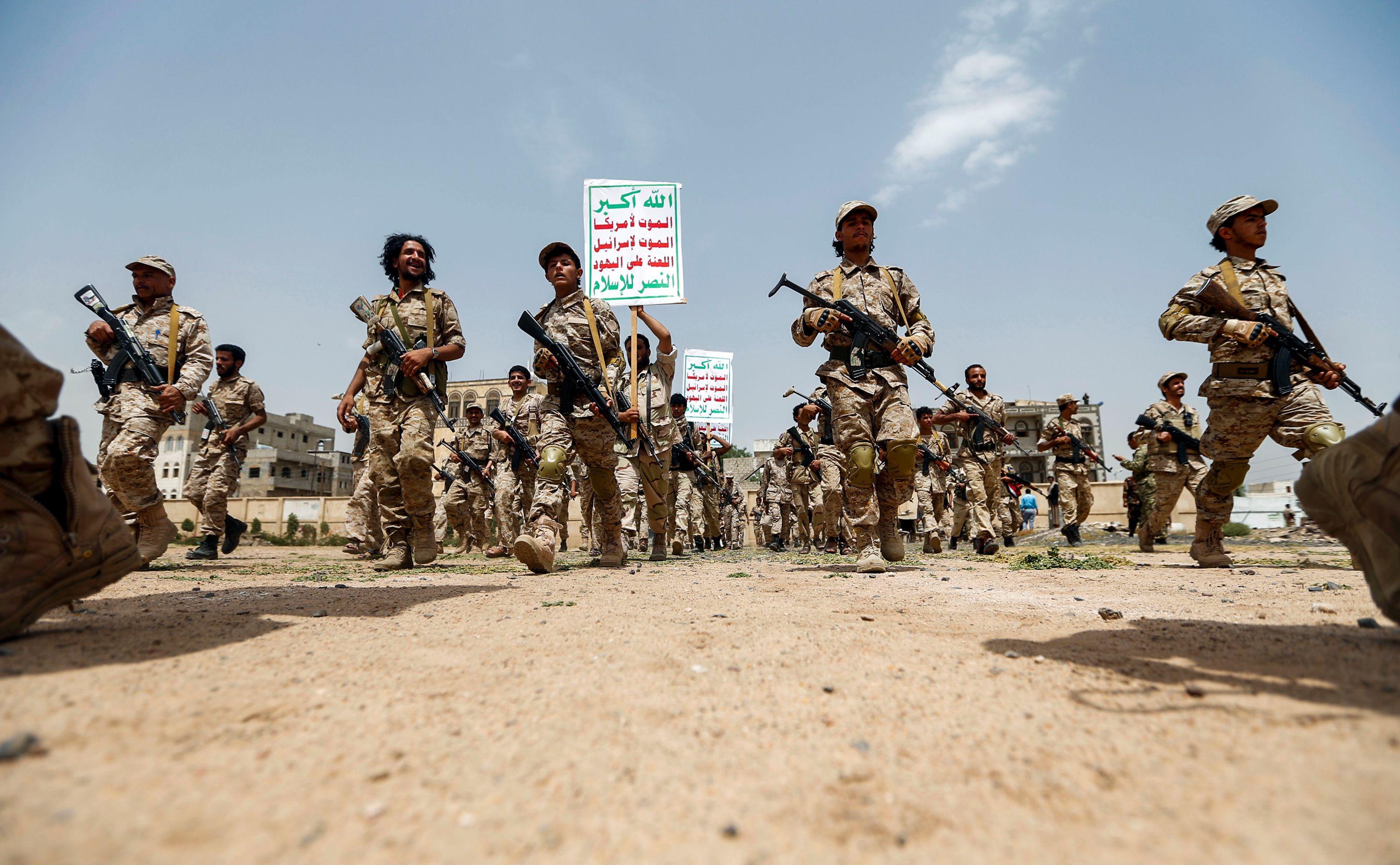 مليشيا الحوثى تقيم عرضا عسكريا