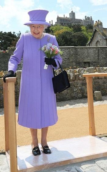 الملكة إليزابيث وحذائها المفضل