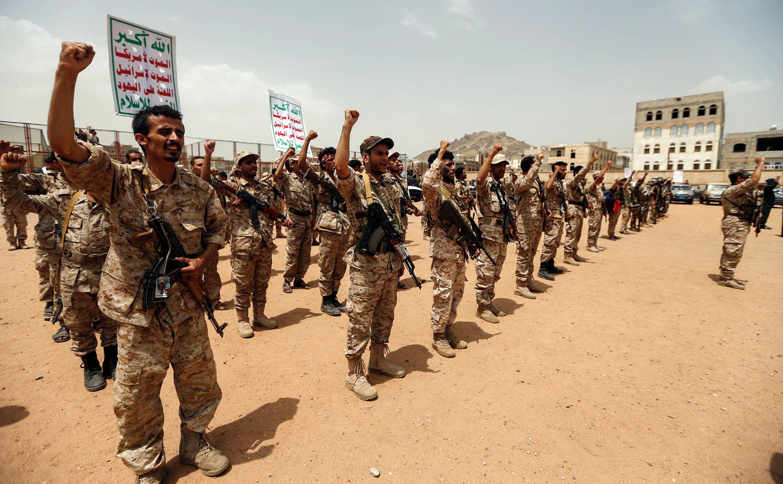عرض عسكرى بالأسلحة الثقيلة لمليشيا الحوثى فى صنعاء