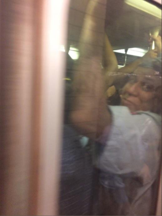 مواطن محبوس داخل المترو من الزحام