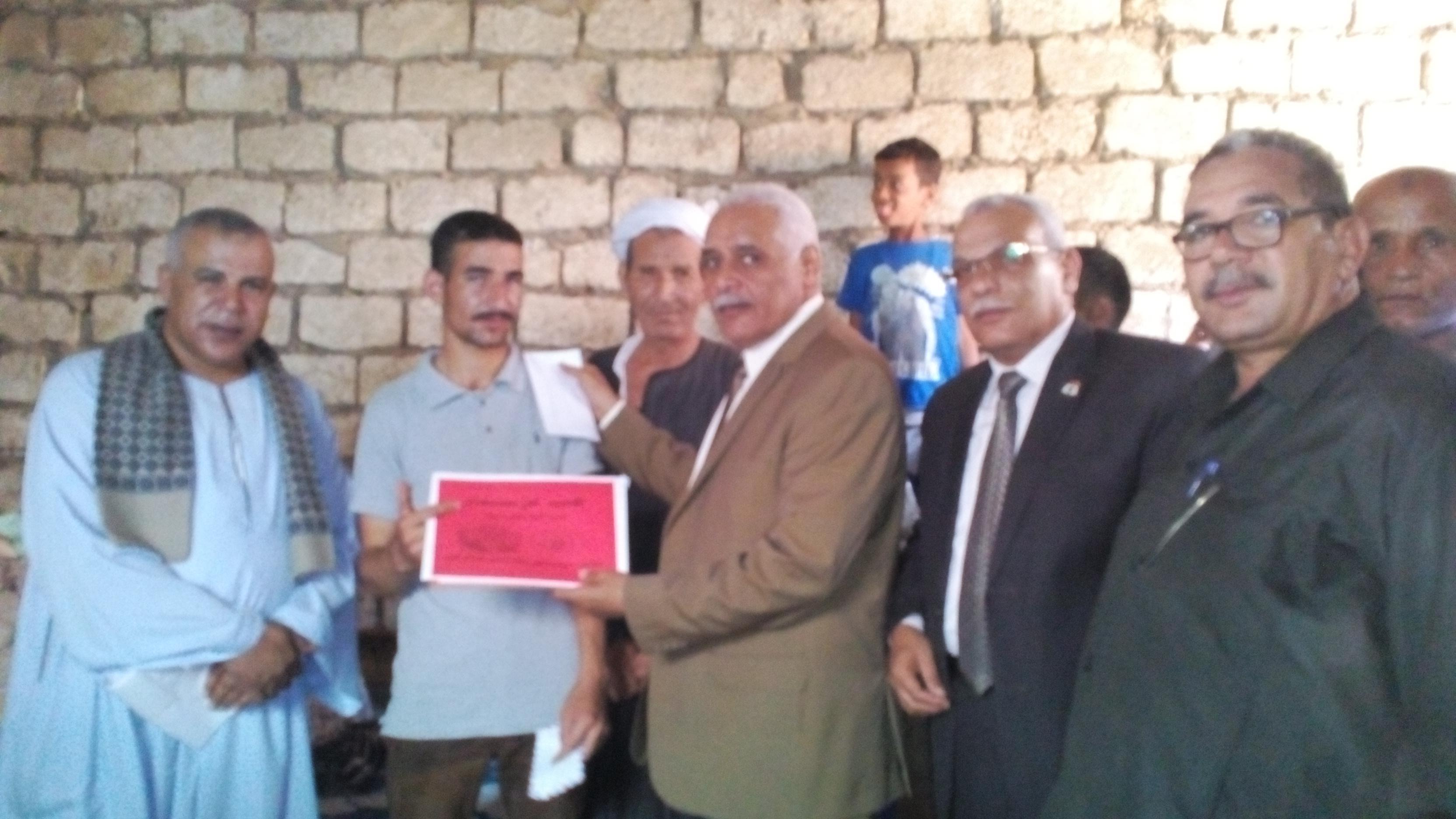 وكيل الوزارة يهدى شهادة تقدير للطالب