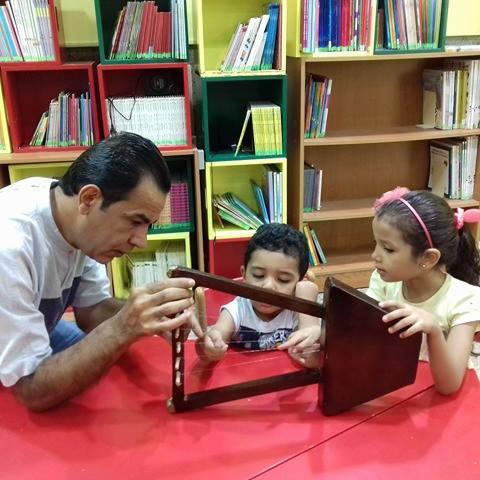 الفنان رضا قنديل أثناء تعليم السمسمية للأطفال