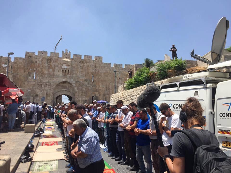 الفلسطينيون يؤدون صلاة الظهر