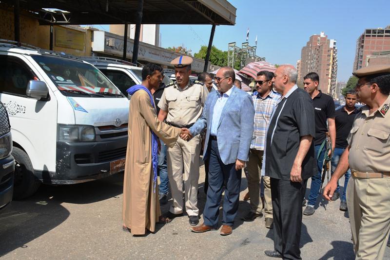 محافظ سوهاج ومدير ادارة المرور مع السائقين