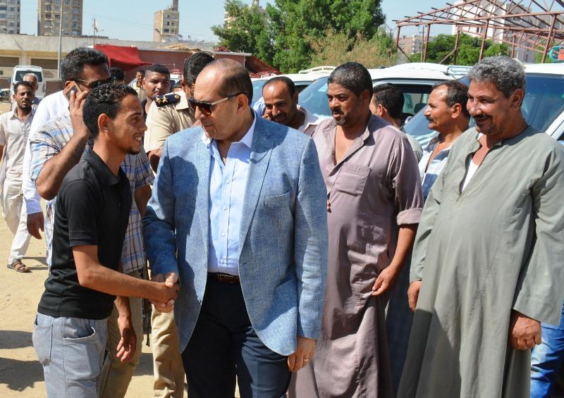 الدكتور أيمن عبد المنعم يتحدث مع السائقين