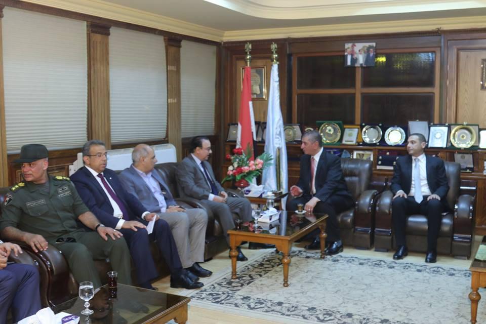 الوزير بمكتب المحافظ بحضور المستشار العسكري