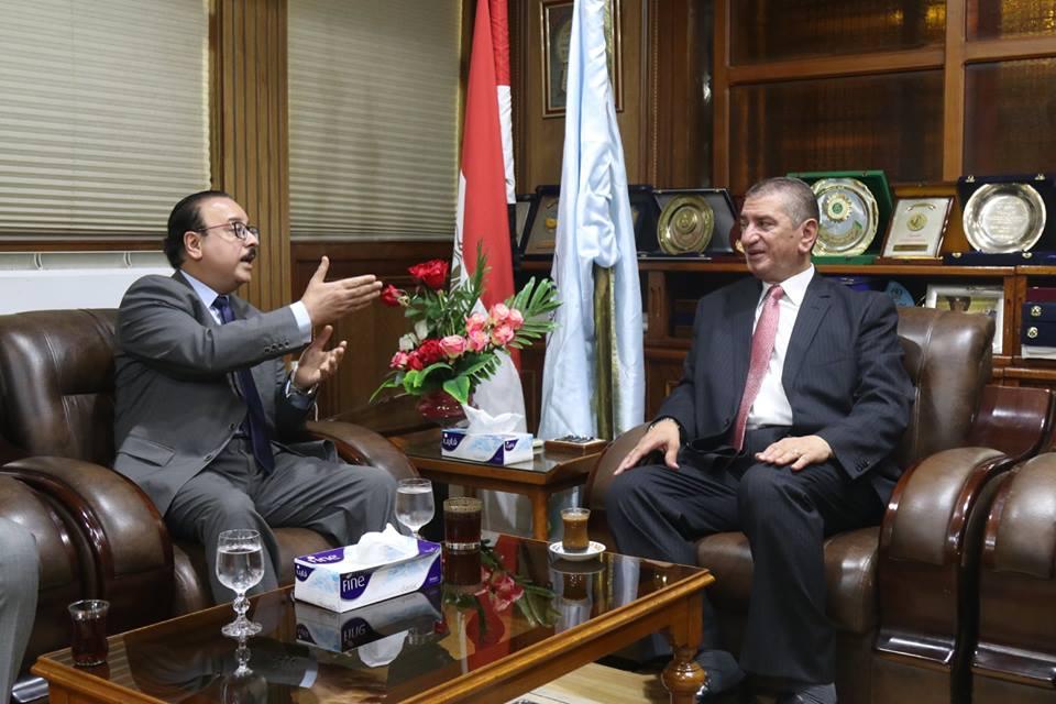 الوزير يناقش المحافظ في عدد من القضايا