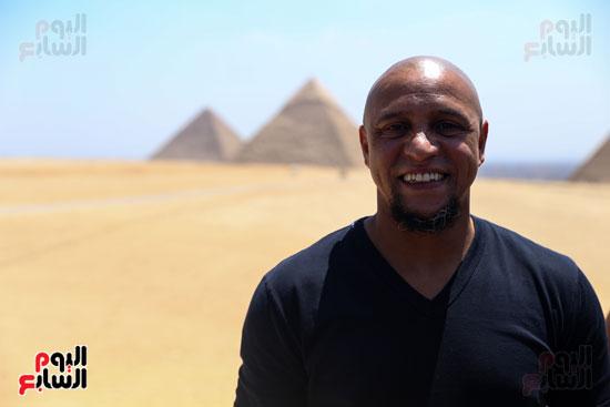 روبرتو كارلوس ونجوم منتخب البرازيل فى زيارة خاصة للأهرامات (33)