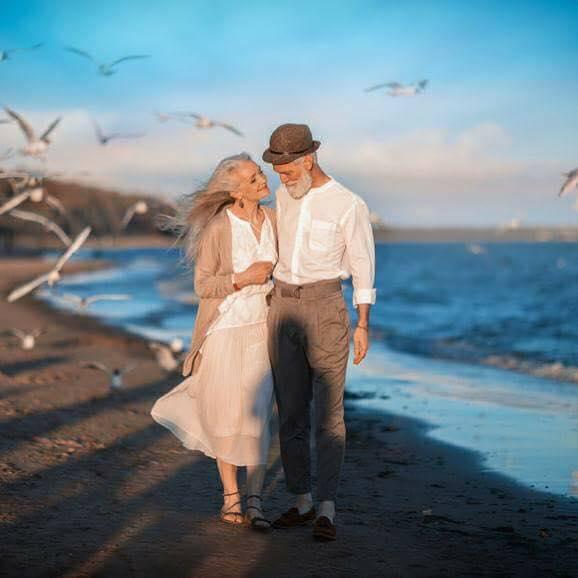 الزوجين على شاطئ البحر