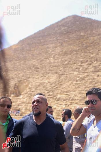 روبرتو كارلوس ونجوم منتخب البرازيل فى زيارة خاصة للأهرامات (14)