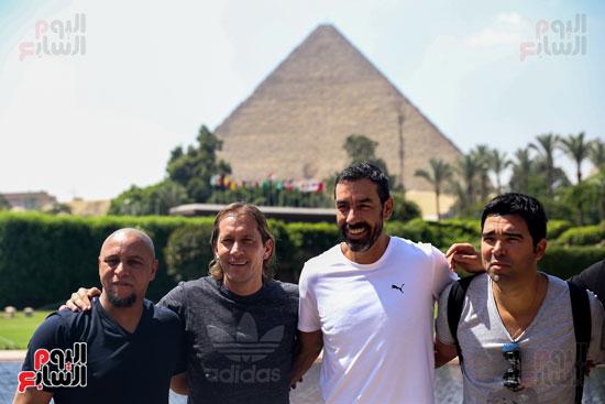 روبرتو كارلوس ونجوم منتخب البرازيل فى زيارة خاصة للأهرامات (6)