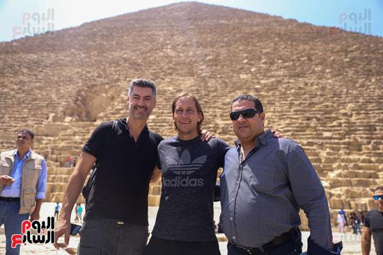 روبرتو كارلوس ونجوم منتخب البرازيل فى زيارة خاصة للأهرامات (29)
