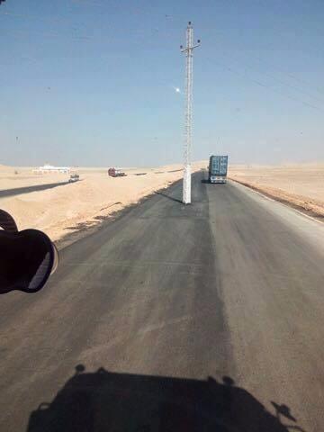 """من المسئول عن هذه المهزلة ؟ """" عمود ضغط عالى يتوسط طريق ( سوهاج ـ قنا ) الصحراوى"""