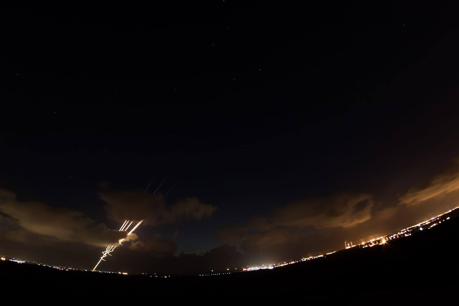 لحظة اطلاق صاروخين من غزة تجاه مستوطنة