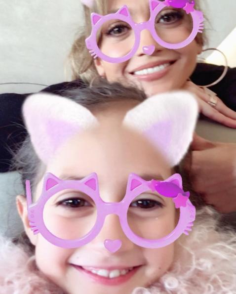 لوبيز مع ابنتها (1)