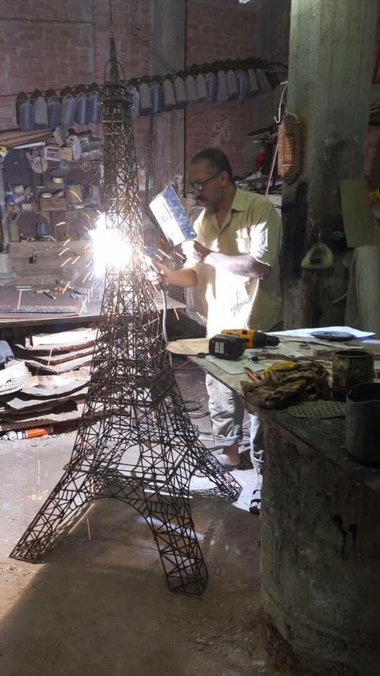 الفنان يعمل على تصنيع البرج