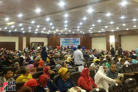 الشباب داخل قاعة المؤتمرات