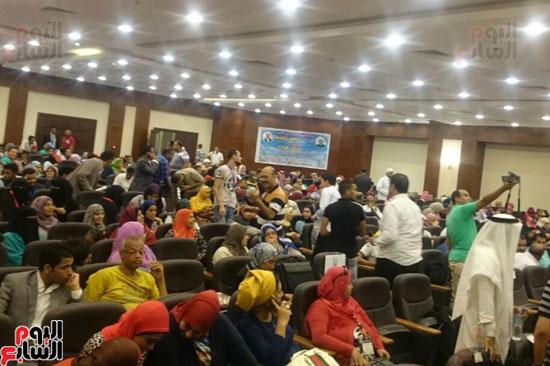 عشرات الشباب يتوافدون لحضور جلسة الحوار الوطنى بشرم الشيخ