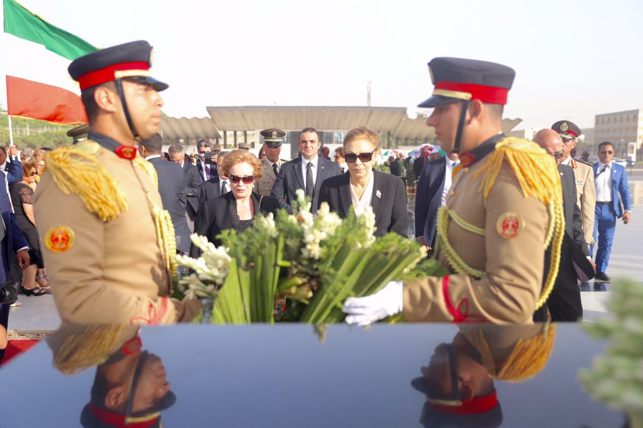 أكليل من الزهور على روح الزعيم السادات