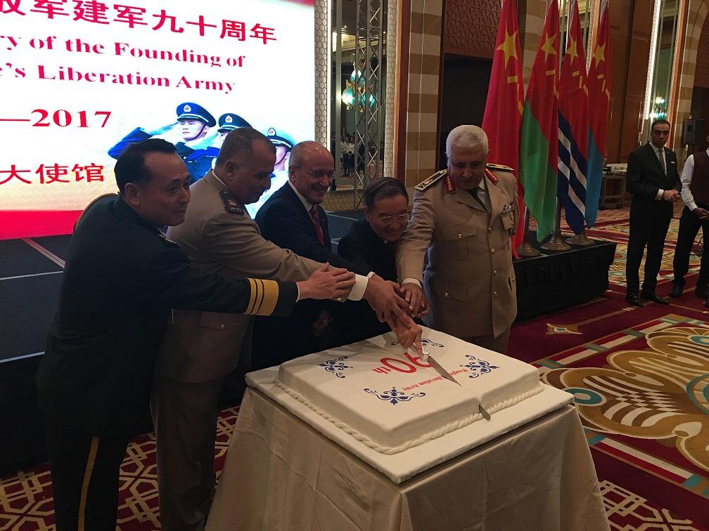 اللواء محمد العصار والسفير الصينى يقومون بتقسيم كعكة الاحتفال