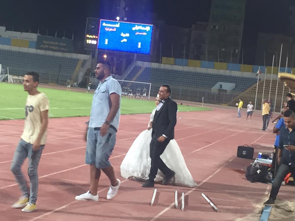 العروسان يقتحمان الملعب