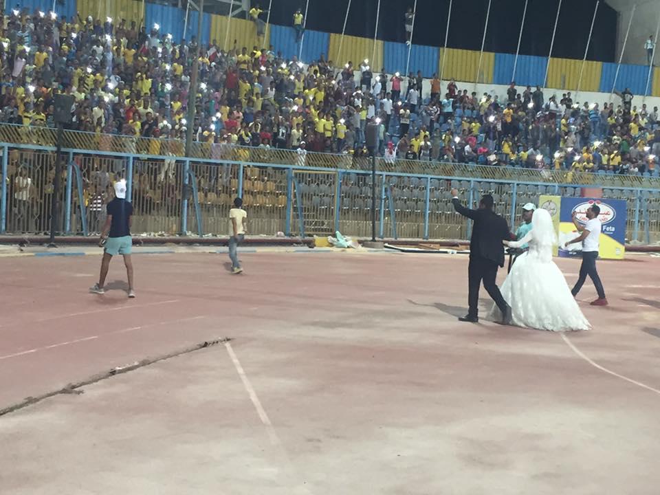 تحية الجماهير للعروسين