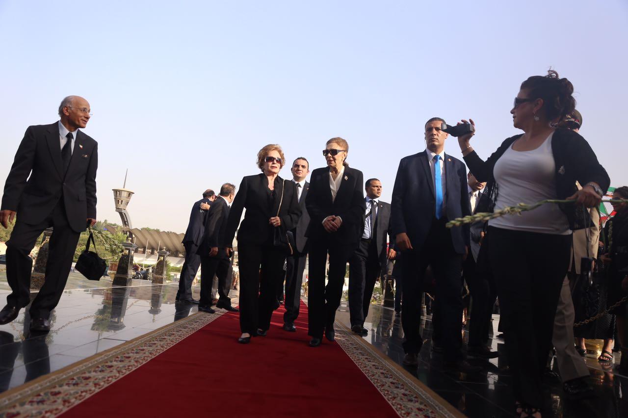 السيدة جيهان السادات عند قبر الزعيم الراحل السادات