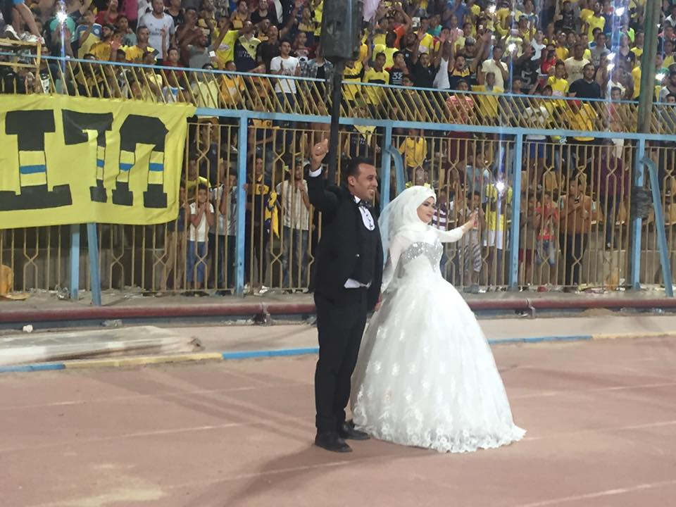 العروسان داخل الملعب