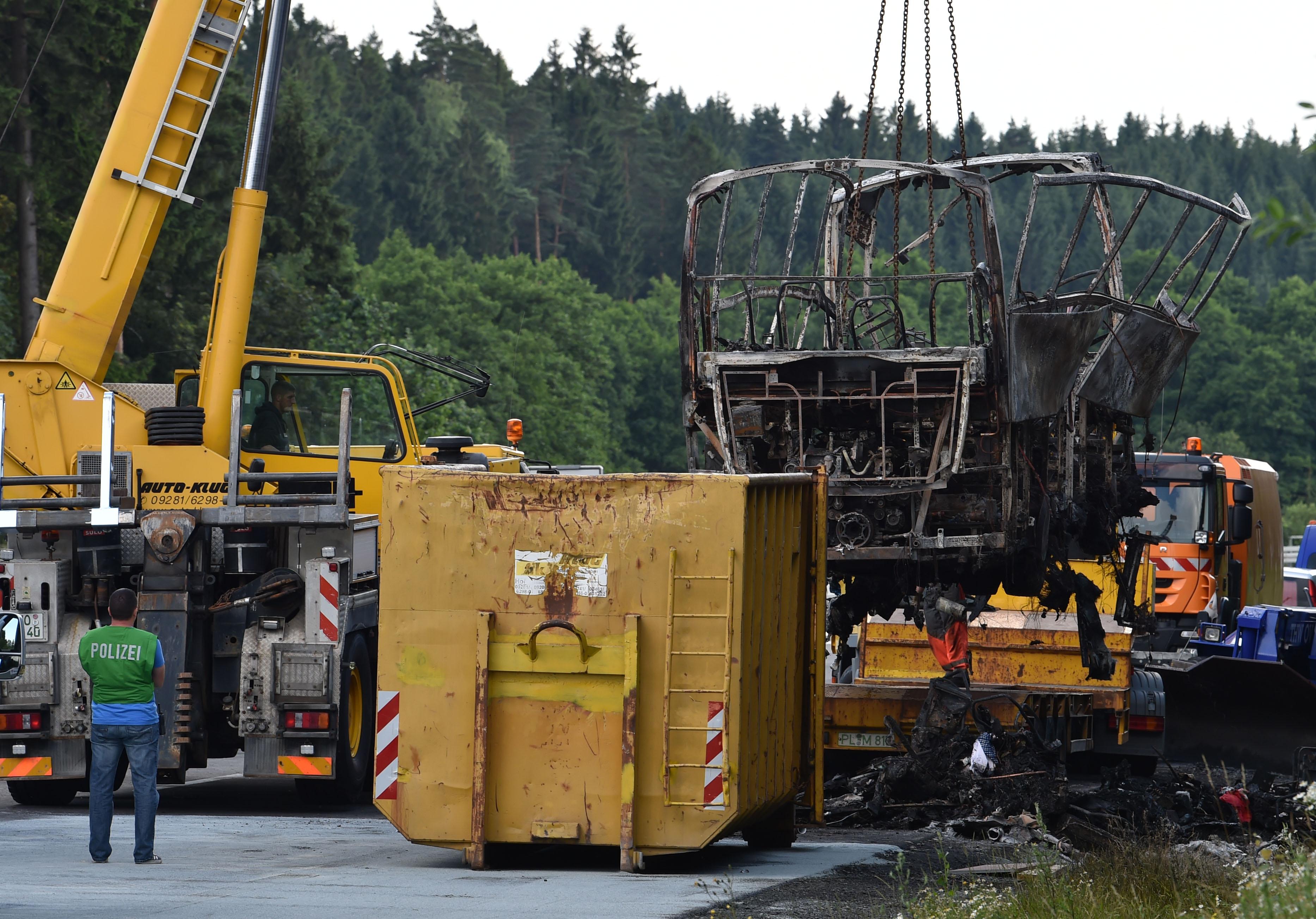 رفع آثار تفحم حافلة فى ألمانيا